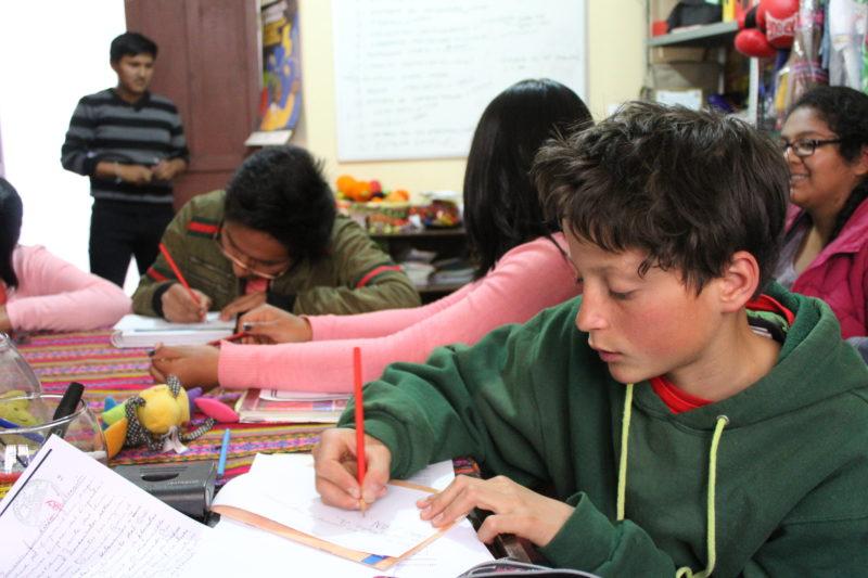 Aguayos kreativa ungdomar i full gång av att skapa innehållet i sin tidning. Foto: Filippa Lirvall