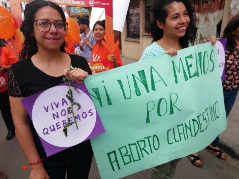 "María Clara Zeballos Puccherelli och Ana Laura Zeballos Puccherelli marscherandes för ""Ni Una Menos"". Foto: Anna Bokinge."